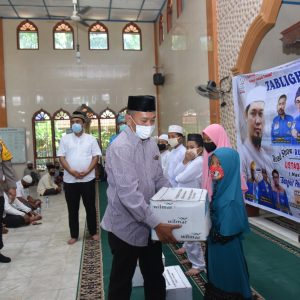 Tabligh Akbar di warnai pemberian sembako